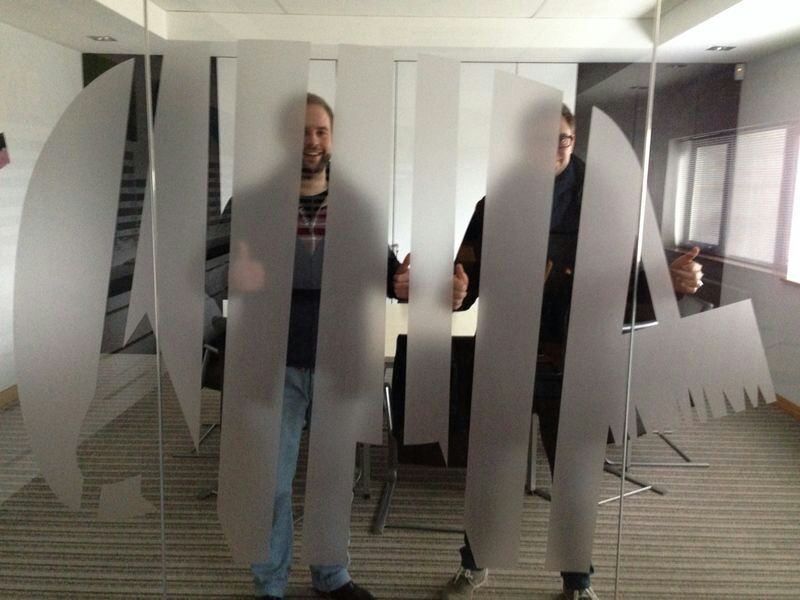 Lennart und Samuel gut versteckt hinter dem Dickhäuter